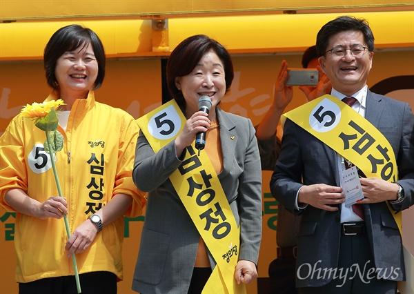 심상정 후보 홍대앞 유세 심상정 정의당 후보가 28일 오후 서울 마포구 홍익대 부근에서 유세를 하고 있다.