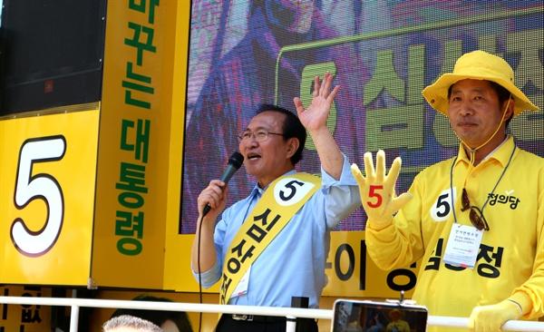 정의당 노회찬 국회의원은 29일 오후 창원 상남동 유탑사거리에서 심상정 대선후보 지원유세를 벌였다.
