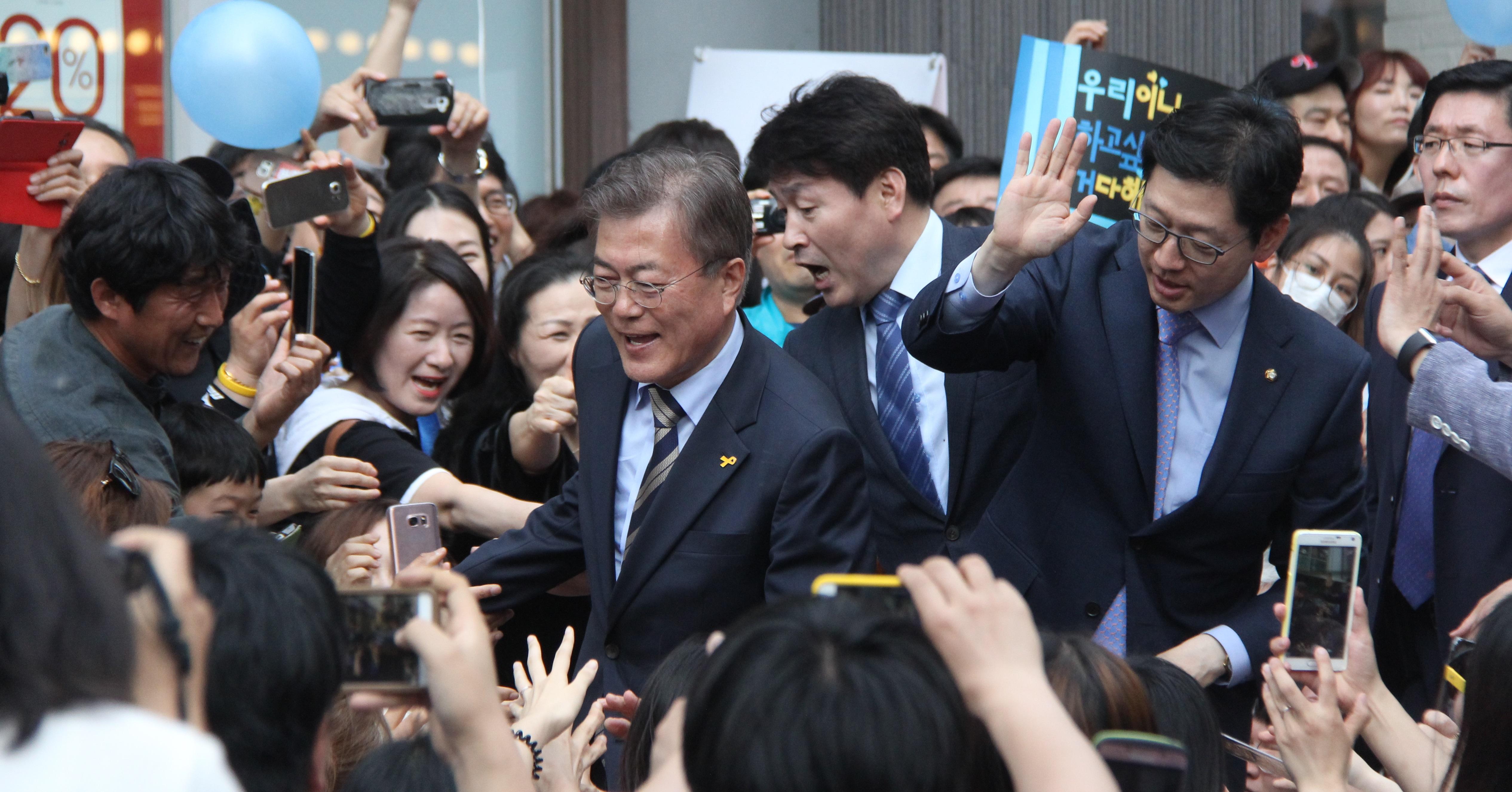 문재인 후보가 30일 오후 대전 으능정이 거리를 찾아 시민들에게 지지를 호소하고 있다.