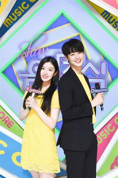 MBC 쇼 음악중심 MC를 맡고 있는 박시연(프리스틴), 차은우(아스트로).