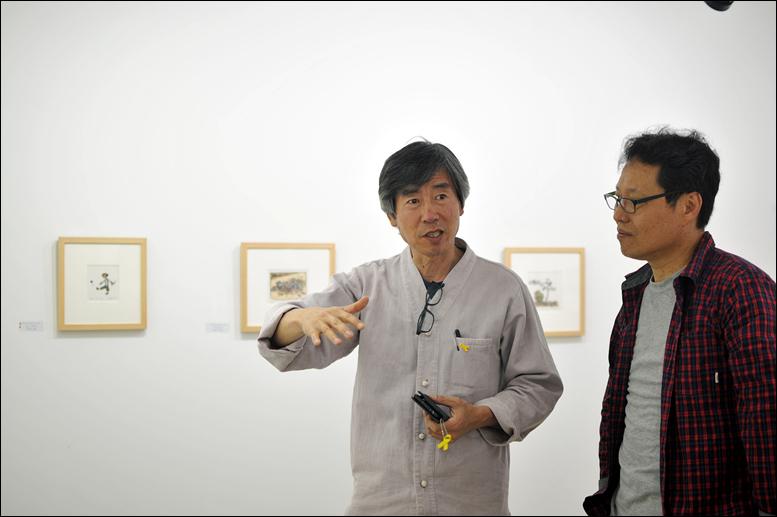 미룸갤러리에 전시된 작품에 대해 이야기 나누는 김환영 작가(왼쪽)과 김희정 관장(오른쪽)