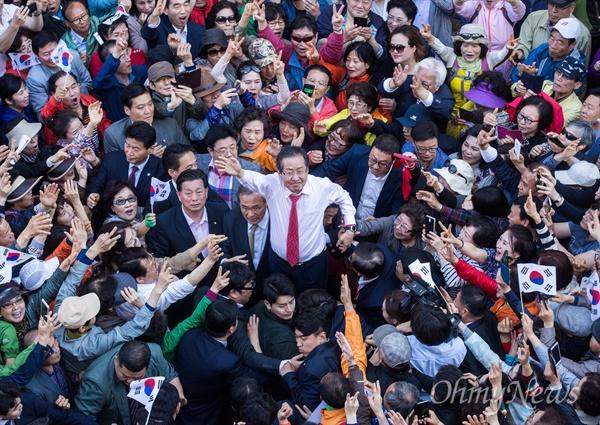 자유한국당 홍준표 후보가 3일 오후 부산 중구 BIFF광장에서 유세를 펼치고 있다.