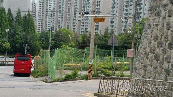오른쪽 녹색 휀스가 아파트 신축 부지다. 13층 48세대.