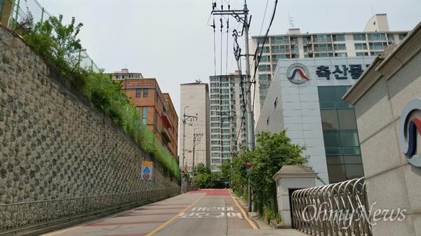 오른쪽 축산물평가원이 아파트 신축 예정지다. 18층 281세대. 초등학교와 10여 미터정도 거리다.