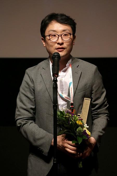 18회 전주국제영화제 시상식에서 다큐멘터리상 수상한 박문칠 감독이 소감을 말하고 있다.