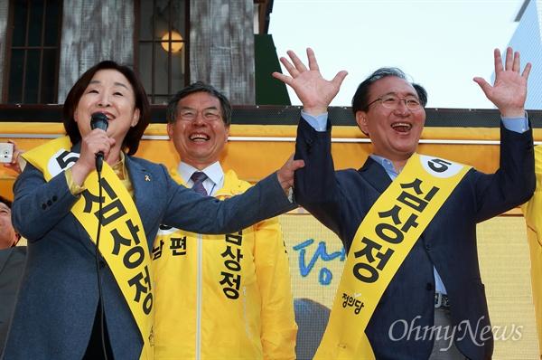 심상정 '노회찬은 제 남편이 아닙니다' 6일 오후 서울 강남역 부근에서 남편 이승배씨(가운데)와 함께 유세하던 심상정 정의당 후보가 노회찬 의원을 소개하고 있다. 심 후보는 오랜 정치적 동지인 노 의원을 '남편'으로 오해하는 사람들이 많다며, 오늘 진짜 남편이 누구인지 알리게 되었다고 소개하자 모두 웃음을 터뜨리고 있다.