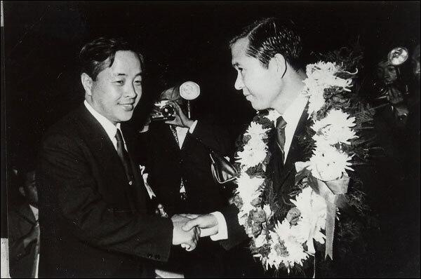 1970년 9월 신민당 임시전당대회에서 7대 대선 후보로 지명된 김대중과 이를 축하하는 김영삼.