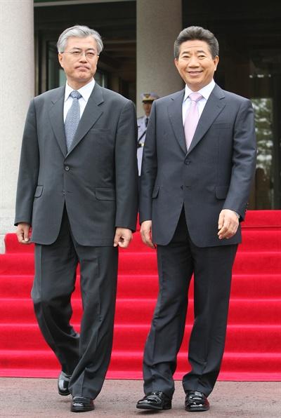 문재인 청와대 비서실장(왼쪽)이 2007년 5월 3일 노무현 대통령과 함께 청와대 본관을 나서고 있다.