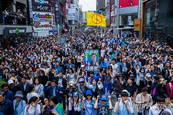더불어민주당 문재인 후보가 8일 오후 부산 부산진구 서면에서 유세를 펼치고 있다.