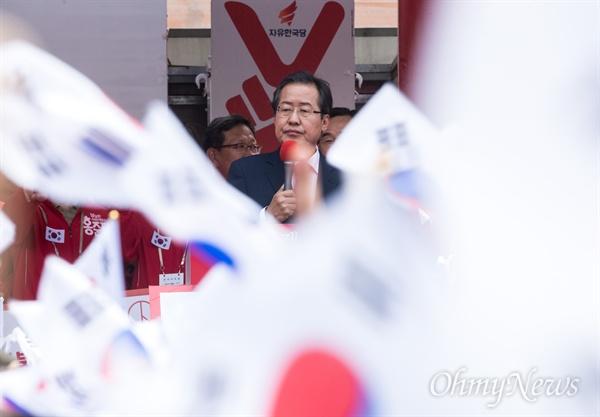 자유한국당 홍준표 후보가 8일 오전 부산시 부산역 광장에서 유세를 펼치고 있다.