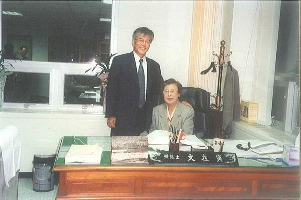 부산의 변호사 사무실에서 문재인이 어머니 강한옥씨와 함께 찍은 사진(연도 미상)