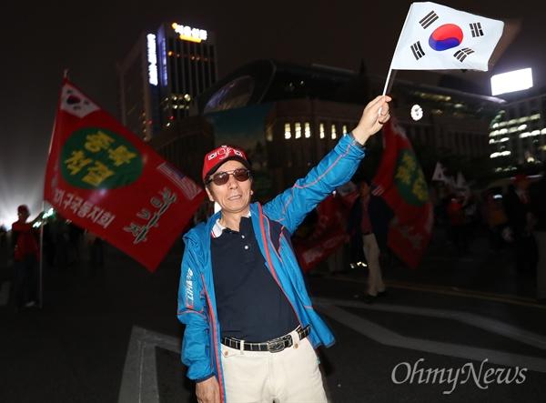 자유한국당 홍준표 후보가 8일 오후 서울 중구 대한문 앞에서 유세를 펼치자 지지자들이 환호하고 있다.