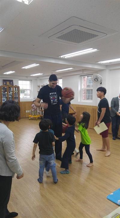 8일 서울 용산의 한 보육원을 방문한 NBA 선수 에네스 칸터.