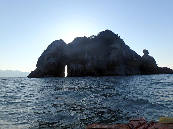 아침 해가 떠오르는 모습을 보며 낙타섬을 배경으로 촬영했다. 카약과 시간만 있으면 동굴을 탐험하고 싶었다.