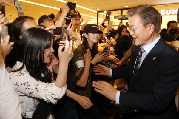 지난 4일, 서울 강남구에 위치한 SM아티움에서 유권자들과의 만남을 가졌던 문재인 당시 더불어민주당 대통령 후보.