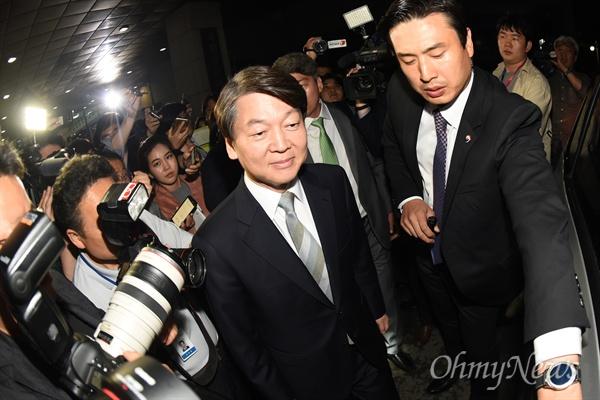 안철수 국민의당 대선후보가 19대 대선 투표일인 9일 오후 서울 여의도 국회 헌정기념관에 마련된 국민의당 선대위 개표상황실 방문 후 떠나고 있다.