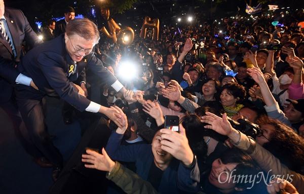 문재인 대통령 당선인이 9일 오후 종로구 세종로소공원에서 지지자들과 악수를 나누고 있다.
