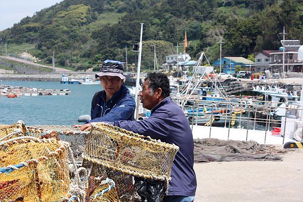 동행한 장희석씨에게 통발의 용도를 설명해주는 하양식(오른쪽)씨
