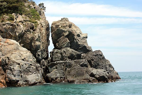 서고지마을 뒷편 바닷가에는 하씨를 닮은 바위 하나가 거센파도와 싸우며 삶의 무게를 이겨내고 있었다.