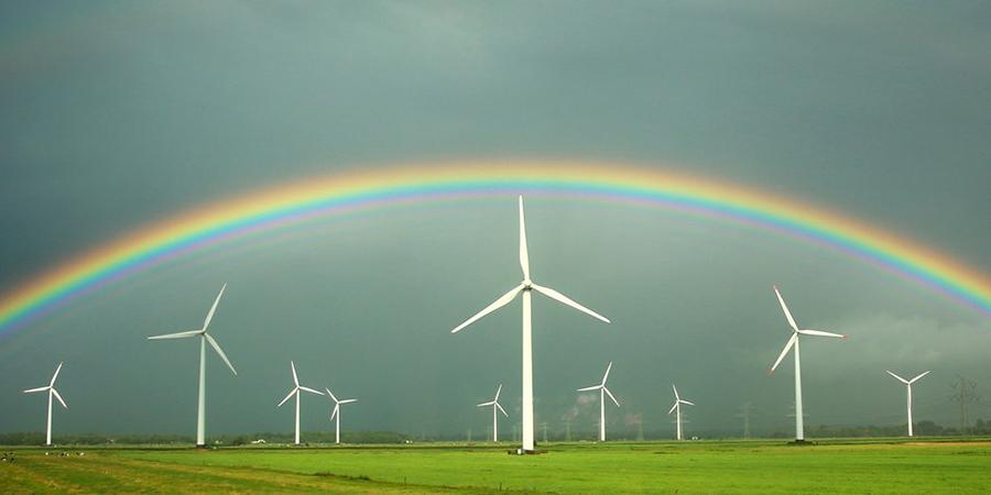 독일 풍력발전단지에 뜬 무지개. 한국은 '원전 제로'를 선언한 독일 보다 풍력, 태양광 등 재생에너지 잠재량이 더 풍부하다고 평가되고 있다.