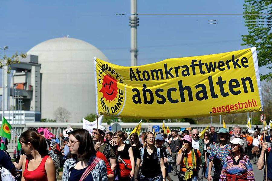독일 비블리스 원전 앞에 모인 시민들. 후쿠시마 원전사고 후 독일 국민들의 탈핵에 대한 요구가 높아지면서 독일 정부는 결국 2022년까지 모든 원전을 폐쇄하겠다고 밝혔다.