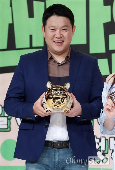 '어느날 갑자기 백만원' 김구라, 돼지저금통과 닮은꼴 11일 오후 서울 영등포의 한 웨딩홀에서 열린 올리브TV <어느날 갑자기 백만원> 제작발표회에서 공동MC인 김구라가 되재저금통을 들고 포토타임을 갖고 있다. <어느날 갑자기 백만원>은 100만원을 받은 게스트들의 라이프스타일과 가치관을 관찰하는 프로그램이다. 11일 목요일 오후 8시 20분 첫 방송.