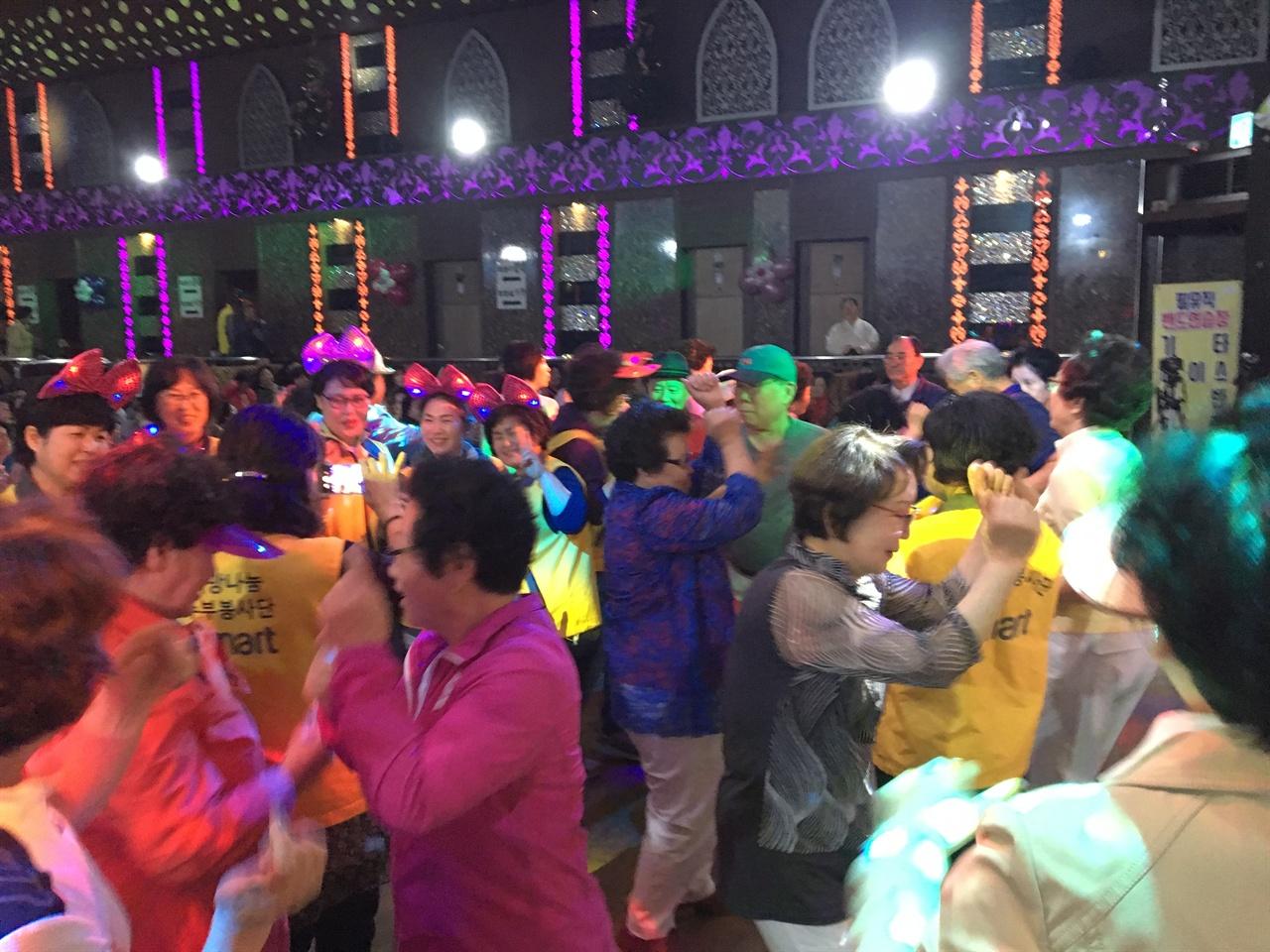 덩실덩실 나이트클럽에서 춤추시는 어르신들 어르신, 자원봉사자가 하나되는 순간