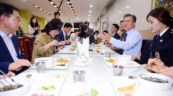문재인 대통령이 12일 오후 청와대 위민2관 직원식당에서 기능직 직원들과 오찬을 하고 있다.