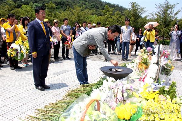 유시민 작가는 13일 오후 김해 봉하마을에서 '시민광장' 회원들과 함께 고 노무현 전 대통령 묘소를 참배하며 분향하고 있다.