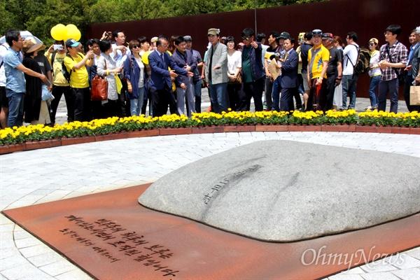 유시민 작가는 13일 오후 김해 봉하마을에서 '시민광장' 회원들과 함께 고 노무현 전 대통령 묘소를 참배했다.