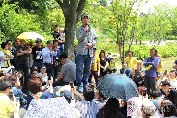 유시민 작가는 13일 오후 김해 봉하마을에서 '시민광장' 회원들과 이야기를 나누고 있다.