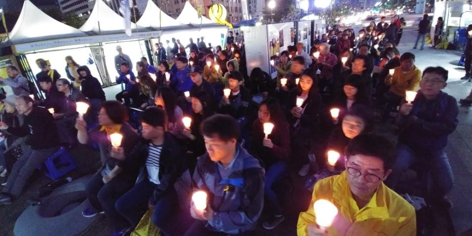 별이 된 선생님들 전교조 경기지부는 13일 광화문 세월호 광장에서 '세월호 참사 3년, 별이 된 선생님을 기억하는 촛불 문화제'를 열었다.