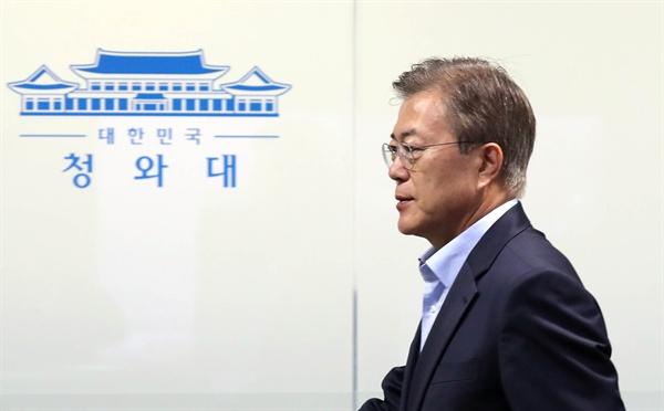 문재인 대통령이 14일 오전 북한의 탄도미사일 발사와 관련해 소집한 국가안전보장회의가 열린 청와대 위기관리상황실에 들어서고 있다.