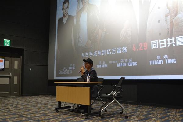드라마 '별에서 온 그대'를 연출한 장태유 감독이 지난 12일 열린 영화 '메이메이 쇼핑몰의 기적' 씨네토크 행사에서 관객들의 질문에 답하고 있다.