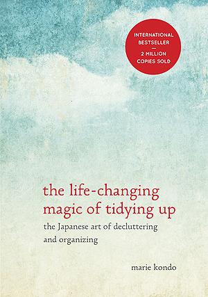곤도 마리에가 쓴 <인생이 빛나는 정리의 마법>(The Life-Changing Magic of Tidying Up)의 미국판 표지.