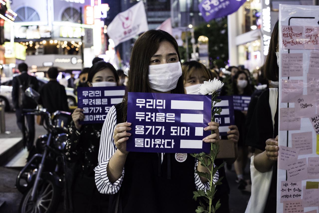 피켓을 들고 행진하는 추모행진 참가자들 강남역 10번출구 추모행진 참가자들이 피켓을 들고 사건이 일어난 건물쪽으로 행진하고 있다.