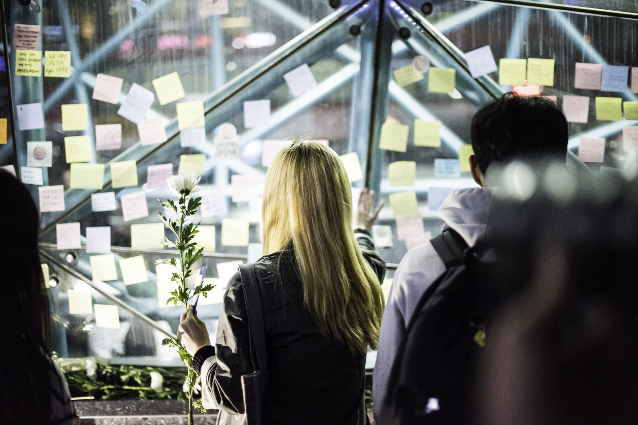 포스트잇을 붙이는 추모행진 참가자 강남역 10번출구 살인사건 1주기 추모행진 참가자가 포스트잇을 부착하고 있다.