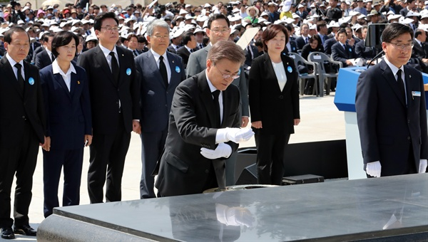 문재인 대통령이 18일 오전 광주 국립 5·18 민주묘지에서 열린 제37주년 5·18 민주화운동 기념식에서 분향하고 있다. 2017.5.18
