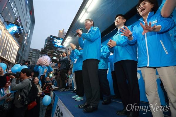 유승민 후보 선거운동중인 진수희 전 의원 진수희 전 의원(맨 오른쪽)이 제19대 대선 투표일 하루전인 8일 오후 서울 명동거리에서 바른정당 유승민 후보의 마지막 유세에서 무대에 올라 함성을 외치고 있다.
