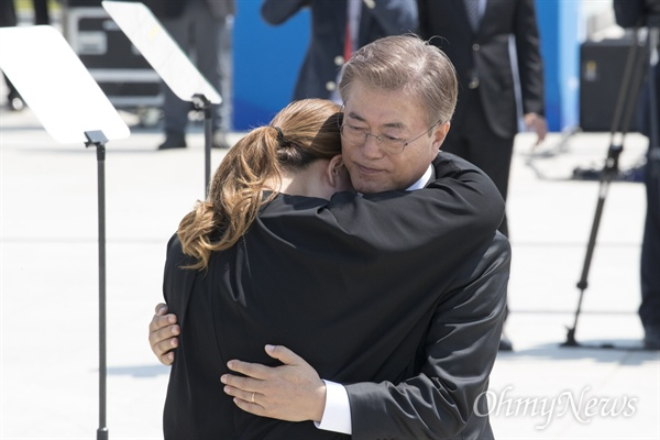 생후 3일 만에 아버지 잃은 김소형씨, 위로하는 문재인 대통령 문재인 대통령이 18일 오전 광주 북구 국립 5·18 민주묘지에서 열린 '제37주년 5·18민주화운동 기념식'에서 5.18 당시 생후 3일 만에 아버지를 잃은 김소형씨를 위로하고 있다.