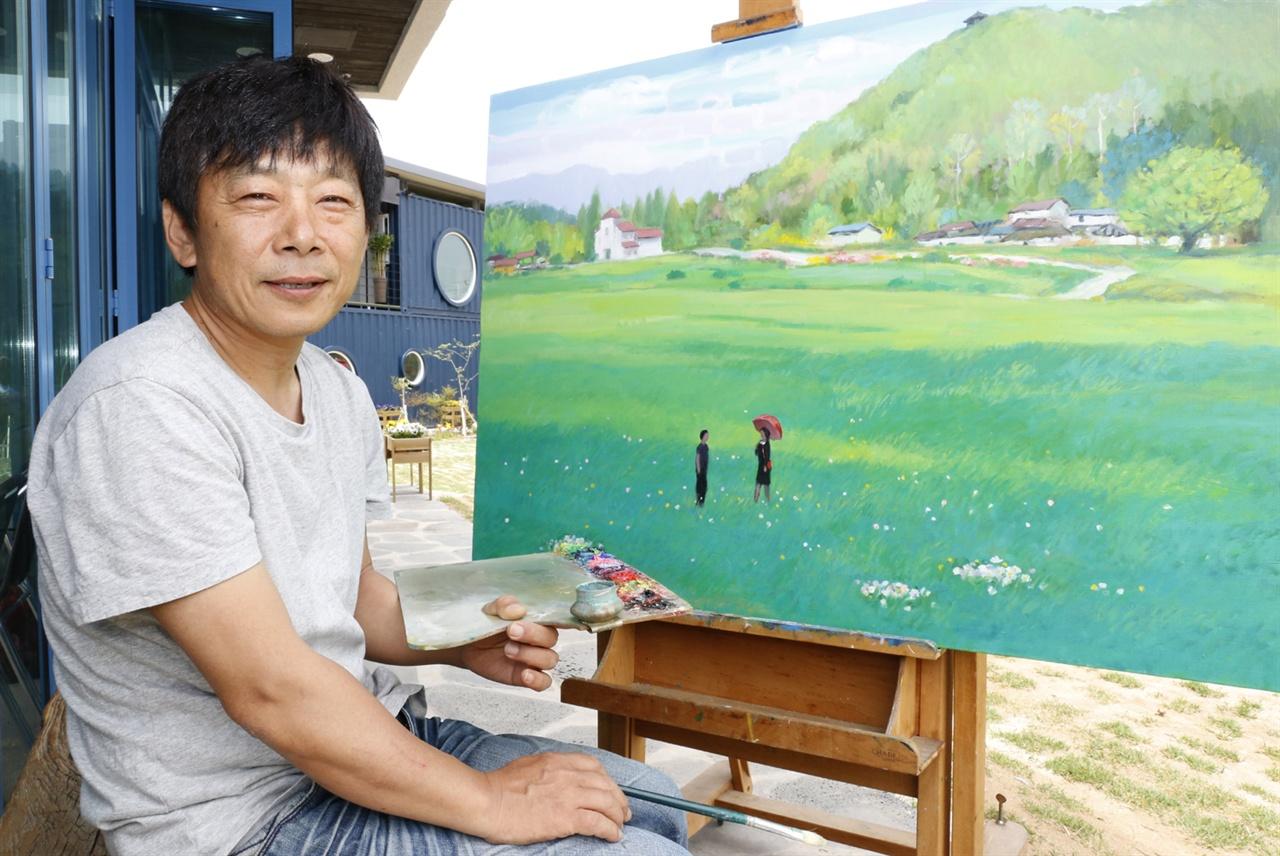 미술관 앞 마당에서 그림을 그리던 이성태 화백. 그는 미술관에 작업실도 따로 두지 않고, 미술관 밖 모든 공간을 작업실로 활용하고 있다.