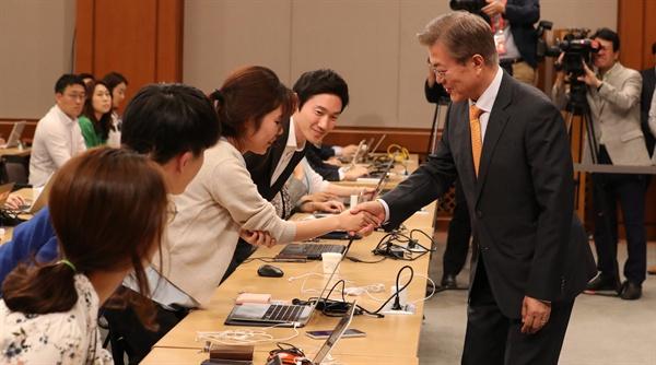 문재인 대통령이 19일 오후 김이수 헌법재판소장 지명을 직접 발표하기 위해 청와대 춘추관 대브리핑실에 도착, 출입기자들과 먼저 인사하고 있다.