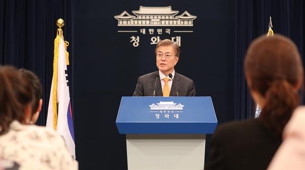 문재인 대통령이 19일 오후 춘추관 대브리핑실에서 김이수 헌법재판소장 인사발표를 하고 취재진의 질문에 답하고 있다.