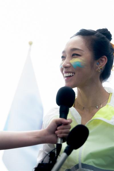 클라이밍 여제 김자인이 20일 555m 높이로 국내 최고층 건물인 서울 송파구 잠실 롯데월드타워에 맨손으로 정상에 오른 뒤 인터뷰를 하고 있다.