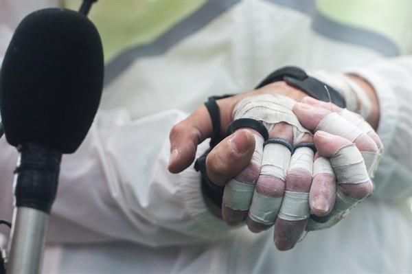 클라이밍 여제 김자인이 20일 555m 높이로 국내 최고층 건물인 서울 송파구 잠실 롯데월드타워에 맨손으로 정상에 오른 뒤 반창고를 뒤덮힌 손을 잡고 인터뷰 하고 있다.