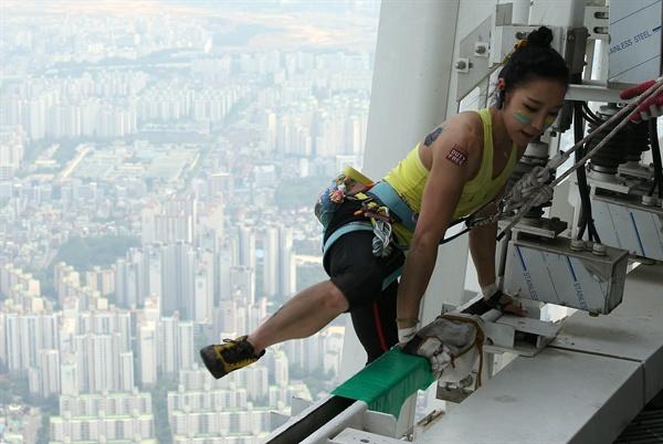 클라이밍 여제 김자인이 20일 555m 높이로 국내 최고층 건물인 서울 송파구 잠실 롯데월드타워 정상에 오르고 있다.