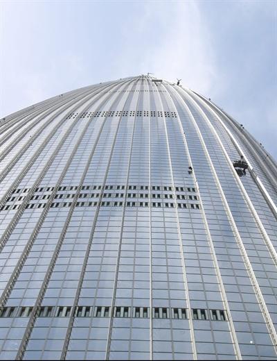 클라이밍 여제 김자인이 20일 오전 555m 높이로 국내 최고층 건물인 서울 송파구 잠실 롯데월드타워를 맨손으로 오르고 있다.