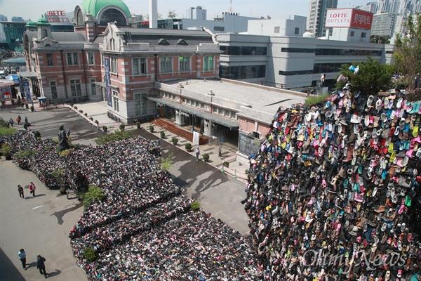 서울로 7017 개장 기념해 설치된 '슈즈트리'  서울 만리동과 퇴계로를 잇는 '서울로 7017'이 개방된 20일 오전 시민들이 국내 첫 고가 보행길 개강을 기념해 '슈즈트리'가 설치되어 있다.