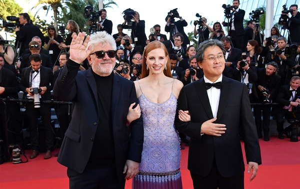 제70회 칸영화제 레드카펫에 선 박찬욱 감독(우측). 좌측은 심사위원장 페드로 알모도바르, 중간은 배우 제시카 차스테인.