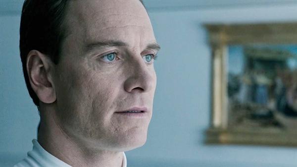 인간과 구별이 거의 불가능한 AI 월터. 리들리 스콧 감독은 AI를 '창조론 옹호'의 영화적 수단으로 사용한다.